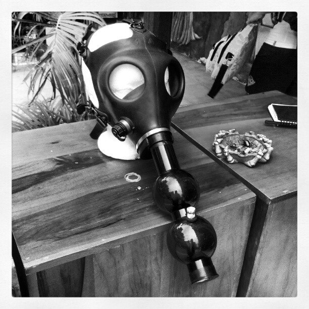 how to use gas mask bong